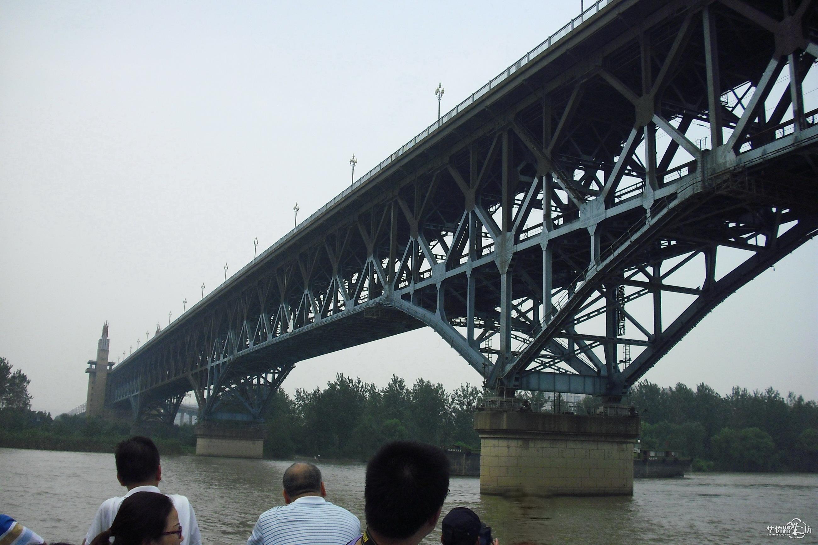 仰望南京长江大桥