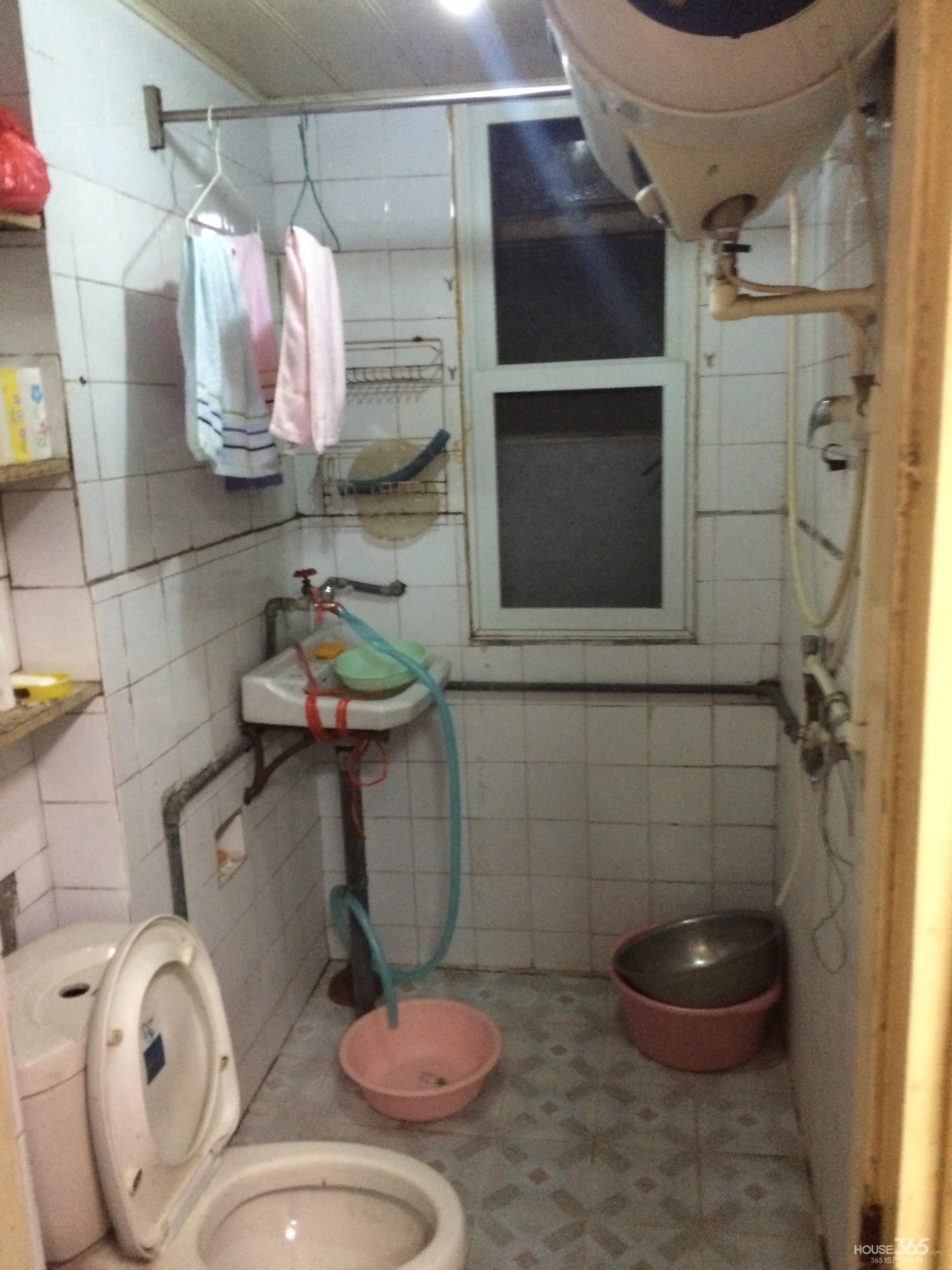 卫生间客厅带窗户东边