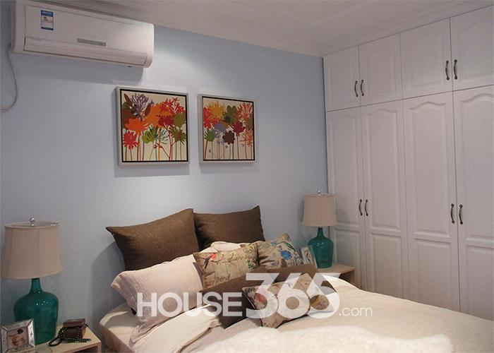 两室一厅一厨一卫设计,主卧为南向设计,这个卧室方正紧凑,足够主